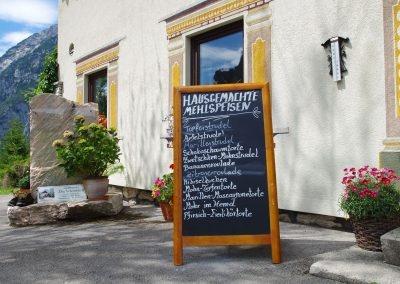 Tafel mit Mehlspeisen
