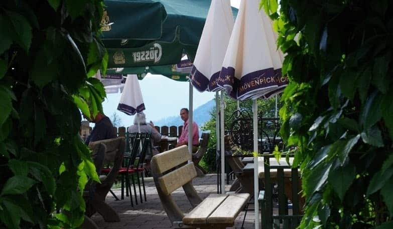 Gleich Tisch reservieren - Gastgarten durch Rundbogen